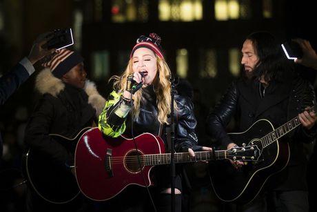 Madonna keu goi khan gia bo phieu cho Hillary Clinton - Anh 1