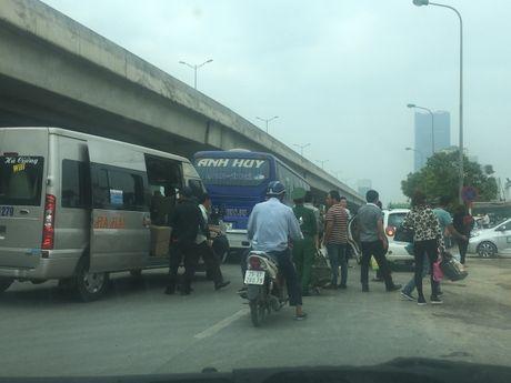 Nha xe ngang nhien dung do giua diem nong giao thong bat khach - Anh 2