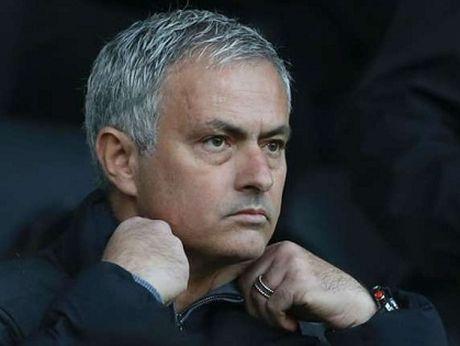 Jose Mourinho lai dung 'nghe thuat hac am' o vu chi trich Smalling, Shaw - Anh 2