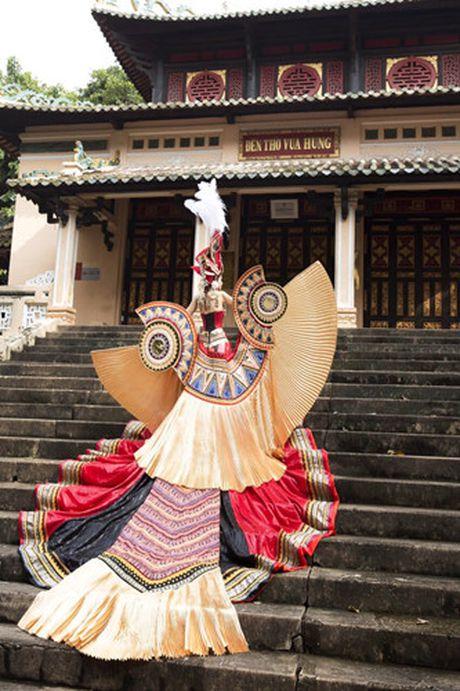 Xuan Thuy lot Top 5 Mrs World 2016 nho trang phuc dan toc bat mat - Anh 1