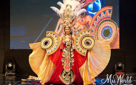 Xuan Thuy lot Top 5 Mrs World 2016 nho trang phuc dan toc bat mat - Anh 4