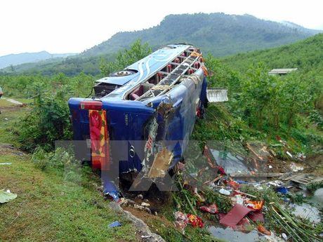 Quang Nam: Lat xe khach giuong nam, hai vo chong chet tham - Anh 1