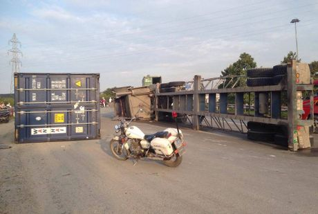 TP.HCM: Container lat ngang tren doc cau, giao thong te liet - Anh 1