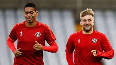 Mourinho lai ra tay trung phat Smalling va Luke Shaw - Anh 1