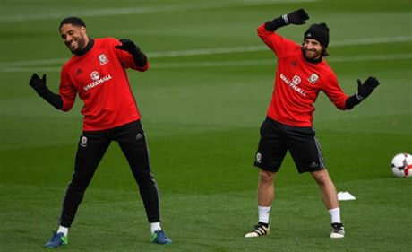 Vang Bale, Allen 'nhi nhanh' khoi dong trong buoi tap cua Xu Wales - Anh 2