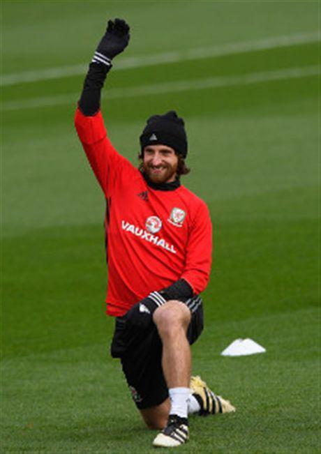 Vang Bale, Allen 'nhi nhanh' khoi dong trong buoi tap cua Xu Wales - Anh 3