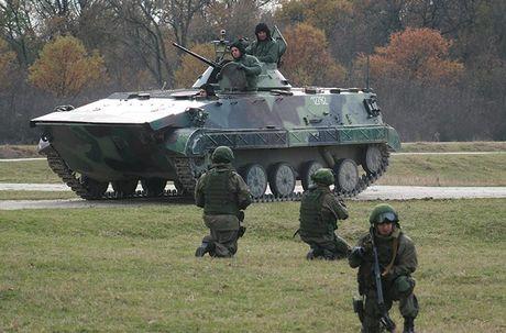Linh du Nga bat ngo duoc lam quen voi vu khi NATO - Anh 11