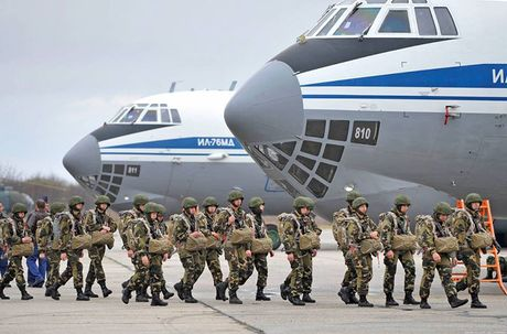 Linh du Nga bat ngo duoc lam quen voi vu khi NATO - Anh 12