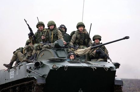 Linh du Nga bat ngo duoc lam quen voi vu khi NATO - Anh 13
