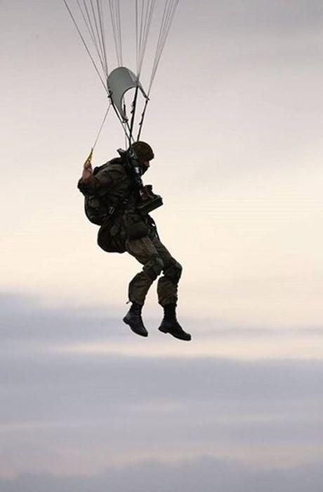 Linh du Nga bat ngo duoc lam quen voi vu khi NATO - Anh 14