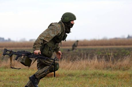 Linh du Nga bat ngo duoc lam quen voi vu khi NATO - Anh 15