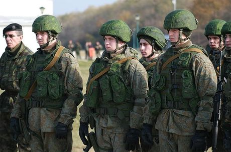 Linh du Nga bat ngo duoc lam quen voi vu khi NATO - Anh 1