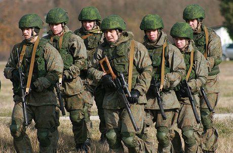 Linh du Nga bat ngo duoc lam quen voi vu khi NATO - Anh 3