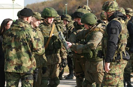 Linh du Nga bat ngo duoc lam quen voi vu khi NATO - Anh 4