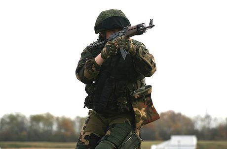 Linh du Nga bat ngo duoc lam quen voi vu khi NATO - Anh 7