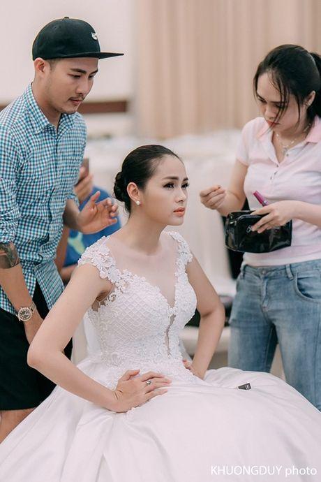 Con trai A hau Diem Chau cuoi tit mat, vo tay lien tuc khi cung me catwalk - Anh 1