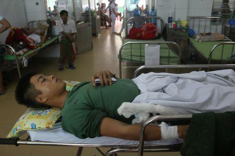 Dem kinh hoang trong chiec xe khach bi lat o Quang Nam - Anh 2