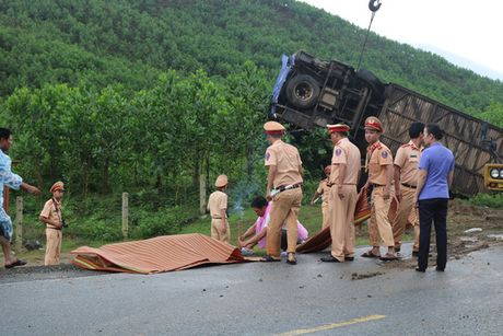 Dem kinh hoang trong chiec xe khach bi lat o Quang Nam - Anh 3