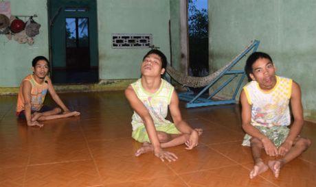 Quang Nam: Xin giup do gia dinh ngheo co 3 dua tre nhiem chat doc da cam - Anh 1