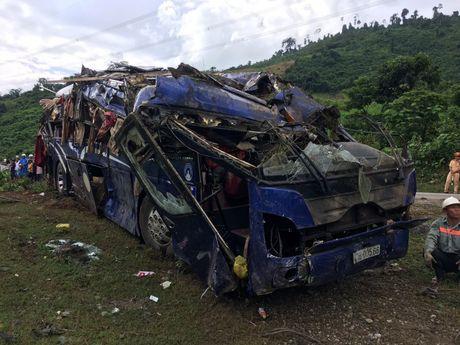 Vu lat xe khach lam 14 nguoi thuong vong: 'Quanh toi, hang chuc nguoi nam la liet, keu cuu' - Anh 1