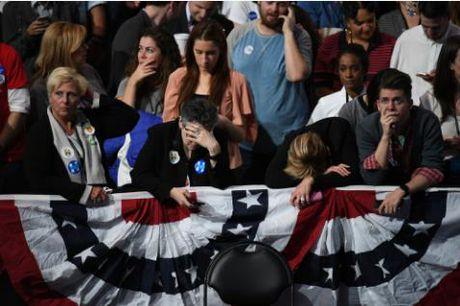 Hai trang thai hoan toan trai nguoc o phong cho cua Trump va Clinton - Anh 2