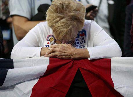 Nguoi ung ho khoc rung ruc, hut hang khi ba Clinton thua cuoc - Anh 2