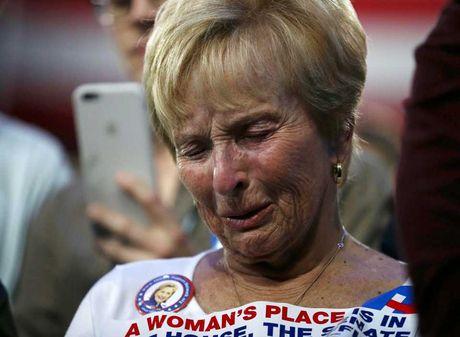 Nguoi ung ho khoc rung ruc, hut hang khi ba Clinton thua cuoc - Anh 3