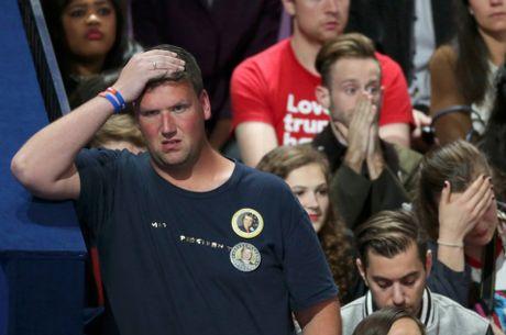 Nguoi ung ho khoc rung ruc, hut hang khi ba Clinton thua cuoc - Anh 5