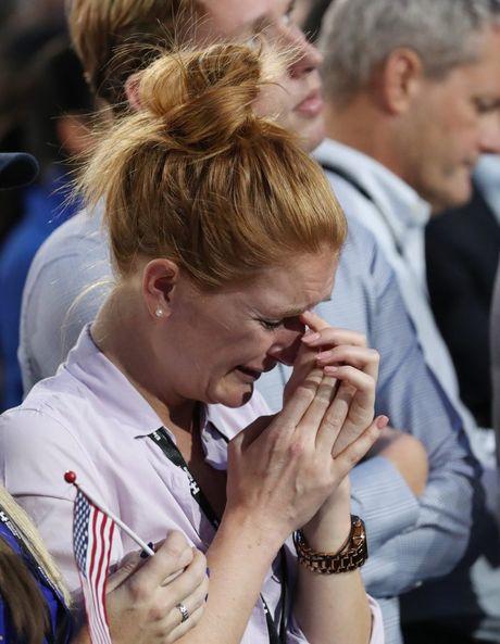 Nguoi ung ho khoc rung ruc, hut hang khi ba Clinton thua cuoc - Anh 6