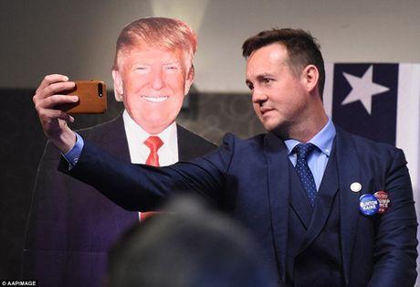 Trump xuat hien lan dau tien sau chien thang - Anh 10