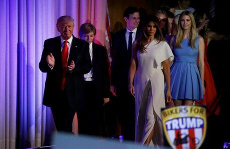 Trump xuat hien lan dau tien sau chien thang - Anh 3