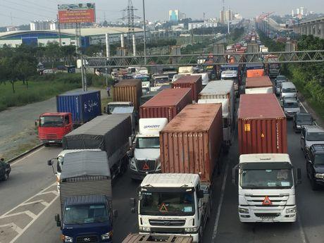 Xe container lat chong vo tren cau, cua ngo Sai Gon te liet - Anh 3