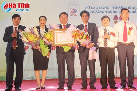 Trung cap Nghe Ha Tinh nhan Huan chuong Lao dong hang Nhat - Anh 1