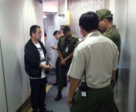 Khach Trung Quoc bi bat qua tang luc do tren may bay - Anh 1