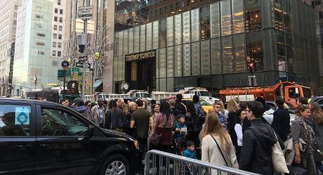 Nhung nguoi ung ho ba Clinton bieu tinh truoc toa nha Trump Tower - Anh 1
