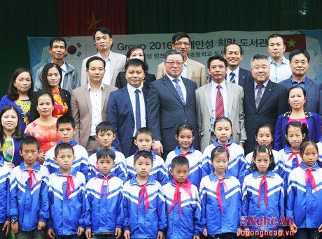 Doanh nghiep Han Quoc tang qua cho thay tro huyen Thanh Chuong - Anh 2