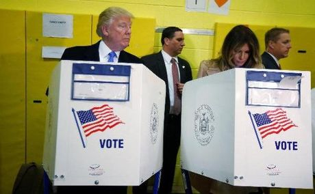 Donald Trump bi bat gap hanh dong ky quac voi vo khi bo phieu - Anh 1