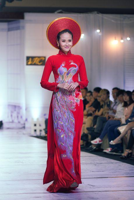 Ban trai kem 7 tuoi hon Le Phuong tren san dien - Anh 8