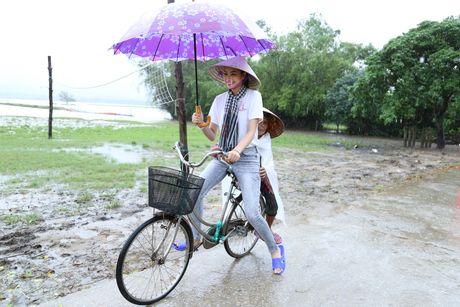 Pham Huong doi mua dua don ba con vung lu - Anh 1