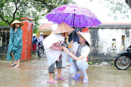 Pham Huong doi mua dua don ba con vung lu - Anh 2
