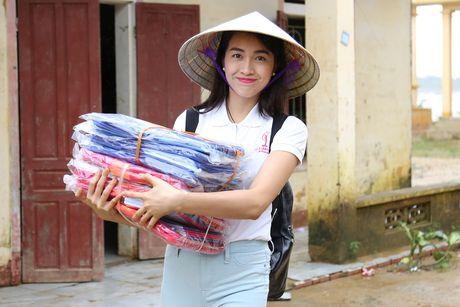 Pham Huong doi mua dua don ba con vung lu - Anh 3