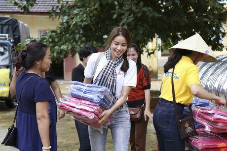 Pham Huong doi mua dua don ba con vung lu - Anh 4