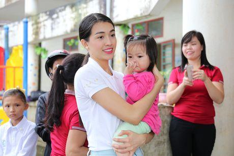 Pham Huong doi mua dua don ba con vung lu - Anh 5