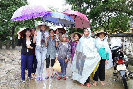 Pham Huong doi mua dua don ba con vung lu - Anh 7