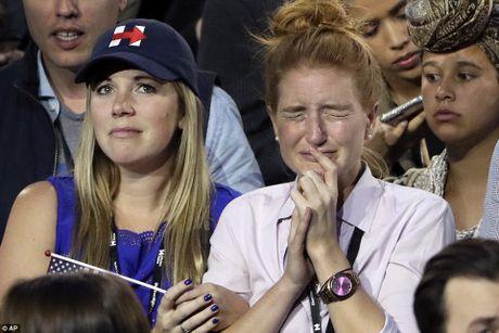 Ve mat vui, buon trai chieu cua nguoi ung ho ong Donald Trump va ba Hillary Clinton - Anh 1
