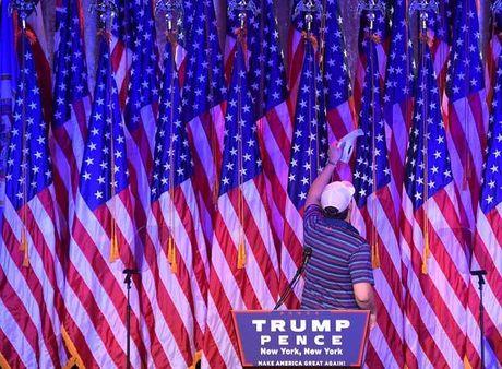 Ben trong phong tiec ngay bau cu cua Trump - Anh 7