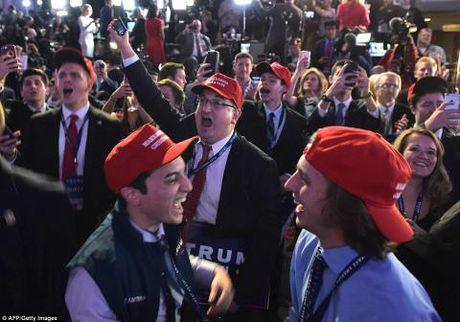 Ong Donald Trump tro thanh tan Tong thong My: Dan My ke khoc nguoi cuoi - Anh 17