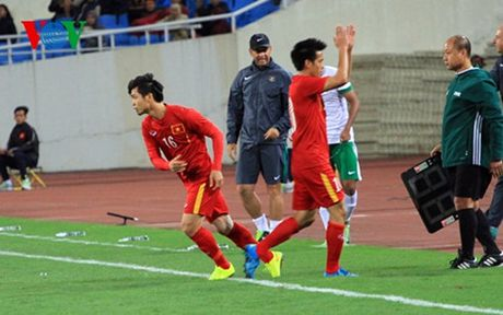 Cong Phuong ghi ban dau tien cho DT Viet Nam: Phao da thong nong - Anh 1