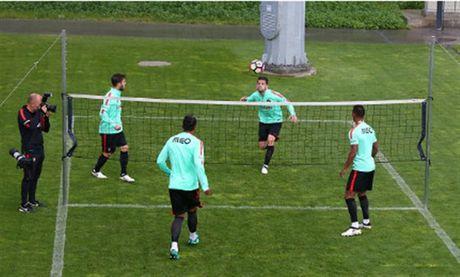 Ronaldo lai bi 'bo roi' trong buoi tap cua Bo Dao Nha - Anh 4