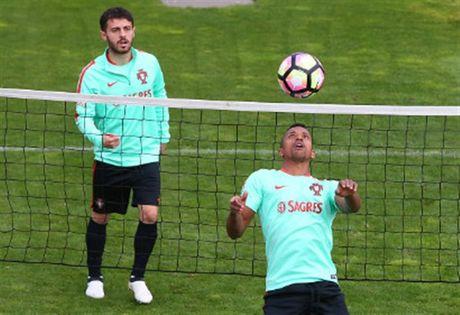 Ronaldo lai bi 'bo roi' trong buoi tap cua Bo Dao Nha - Anh 5